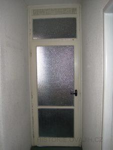 Původní dveře s nadsvětlíkem, vedoucí do kuchyně