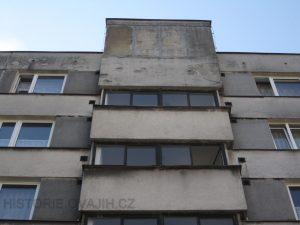 Chodbová okna uazená v předsazených panelech