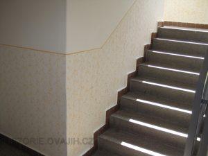 Prázdná panelová šachta u čtyřpodlažních domů naopak stíní