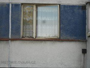 Průběžný parapet zasahuje i pod modré pilířky