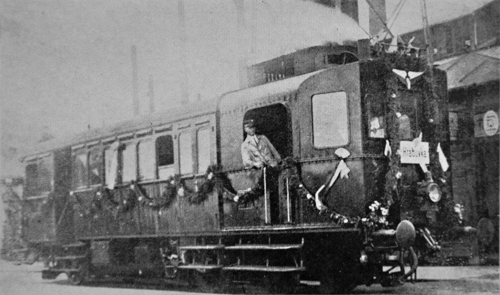 Třínápravový parní vůz Komárek při slavnostní jízdě z Vítkovic do Hrabové, 5. října 1930.