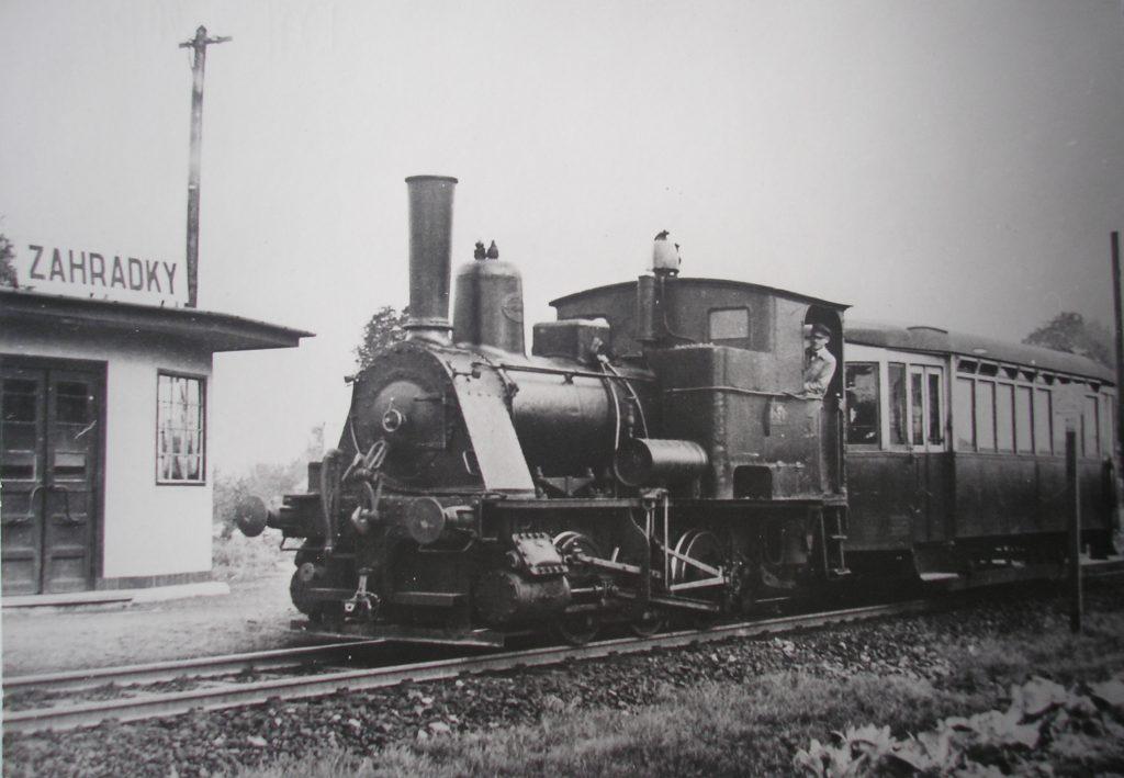 Tramvaj složená z parní lokomotivy a vlečného vozu ve stanici Zábřeh-zahrádky, okolo 1930.
