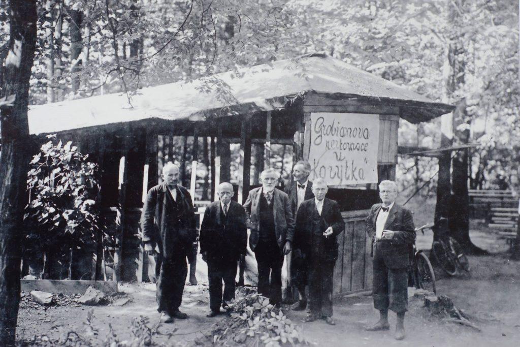 Na přelomu 20. a 30. let provozoval restauraci v Korýtku jistý pán Grobián.